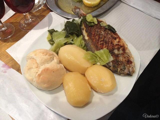 Жареная дорада с картошкой. Assado com batata dourada. Porto. Portugal