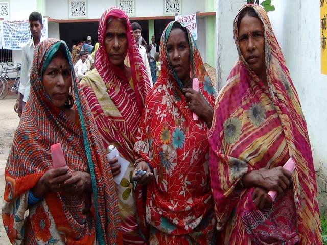 कैम्प में दवाई लेतीं आर्सेनिक से पीड़ित महिलाएँ
