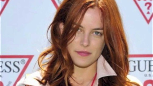 riley keough not dating robert pattinson If being elvis presley's granddaughter and michael jackson's former stepdaughter weren't enough, riley keough is now supposedly dating robert pattinson.