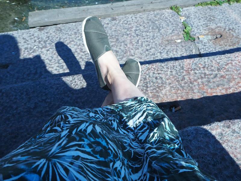 hkiP7018338, vaatteet, clothes, hame, skirt, vihreä, green, lehtikuvio, armeijan vihreä, espridallos, kengät, shoes, kesäkengät,