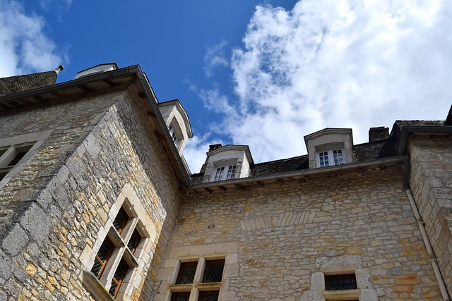 Looking up at Chateau de la Treyne | www.rachelphipps.com @rachelphipps