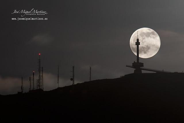 La luna llena y Peña Cabarga