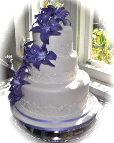 purple calla lily wedding cakes purple wedding cake apologies for the bad quality 18894