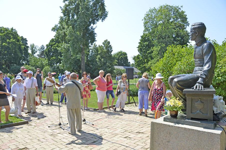 У памятника М.Ю. Лермонтова посетители читали стихи поэта и свои сочинения