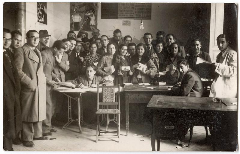 16/02/1935 Mujeres y hombres junto a una mesa electoral ejerciendo su derecho al voto en Albacete durante las elecciones de febrero de 1936