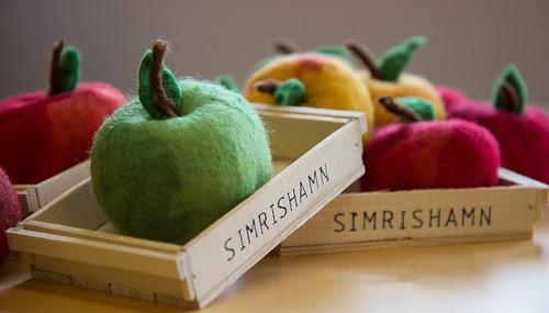 Konsthantverk: trälåda med tovat äpple