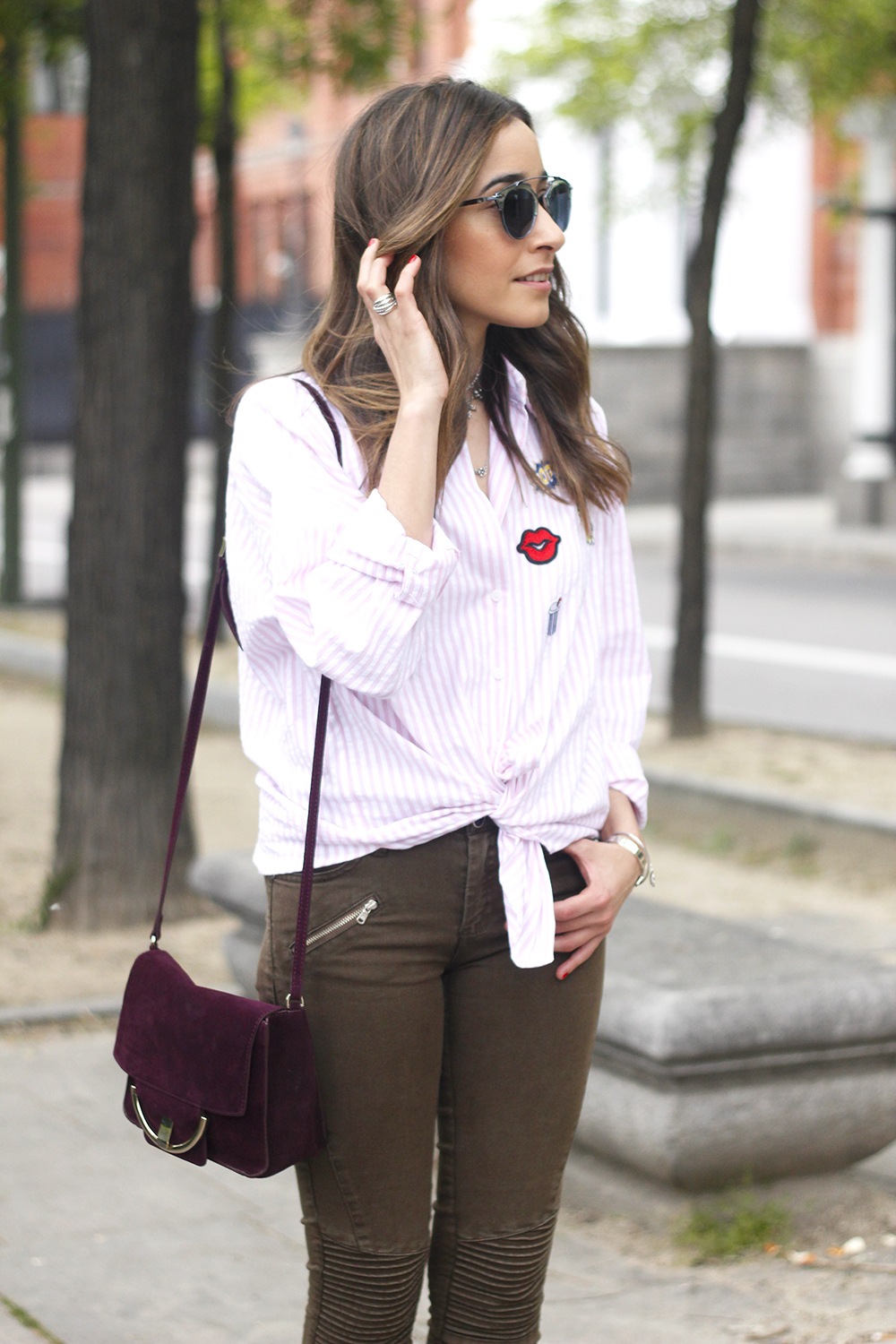 shirt with patches khaki pants nude heels burgundy bag uterqüe accessories style fashion14