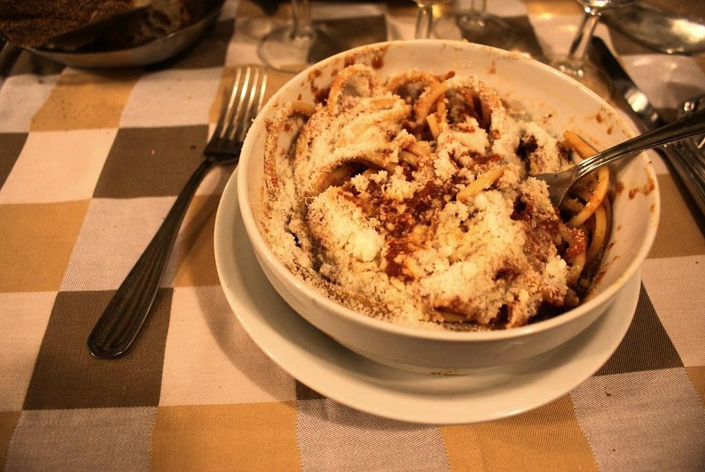 Plat de pâtes sur une nappe à carreau dans une trattoria à Rome du côté de Trastevere.