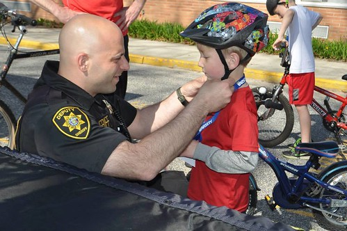 8768: Deputy Sheriff Connects with a Child | by NationalSheriff