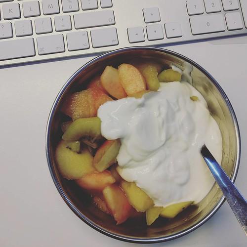 Griekse yoghurt met kiwi en perziken - omdat het niet altijd lactosevrij moet zijn... 💕 #genieten #ontbijt #breakfast #healthylife #healthybreakfast #gezondontbijt #glutenvrij #glutenfree #glutenfreebreakfast #glutenvrijontbijt #fruit #fruitont