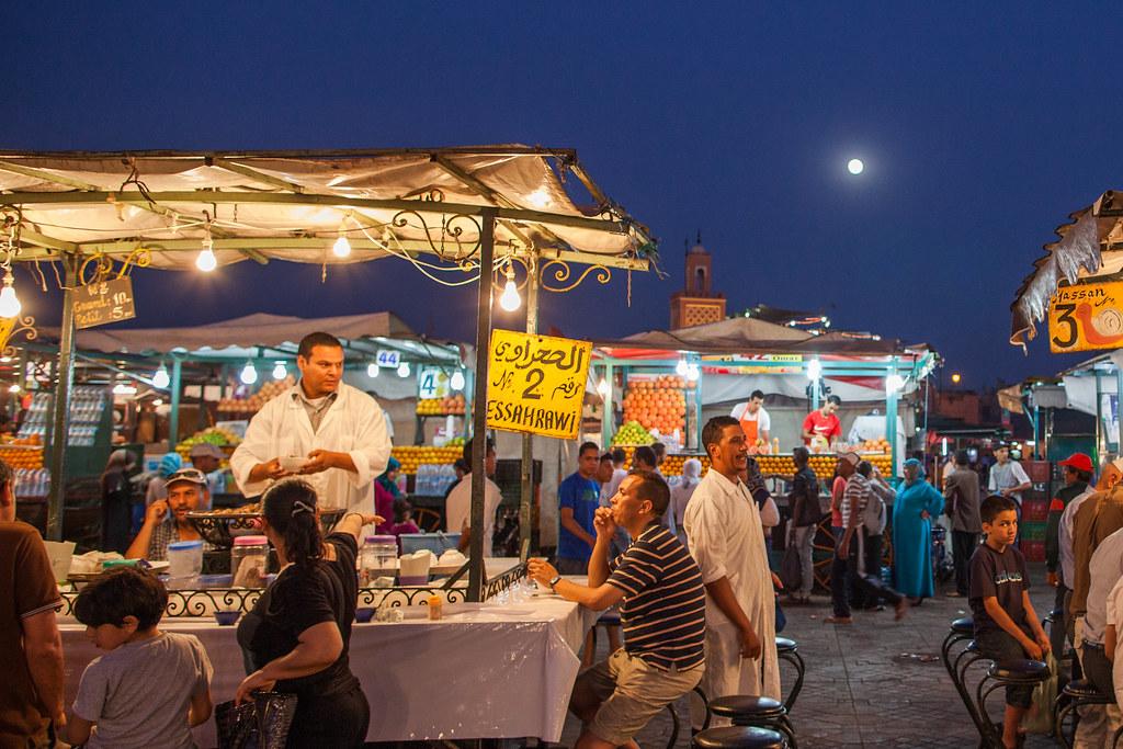 Gargotes où manger (ou non) sur la place Jemaa el Fna à Marrakech au Maroc.