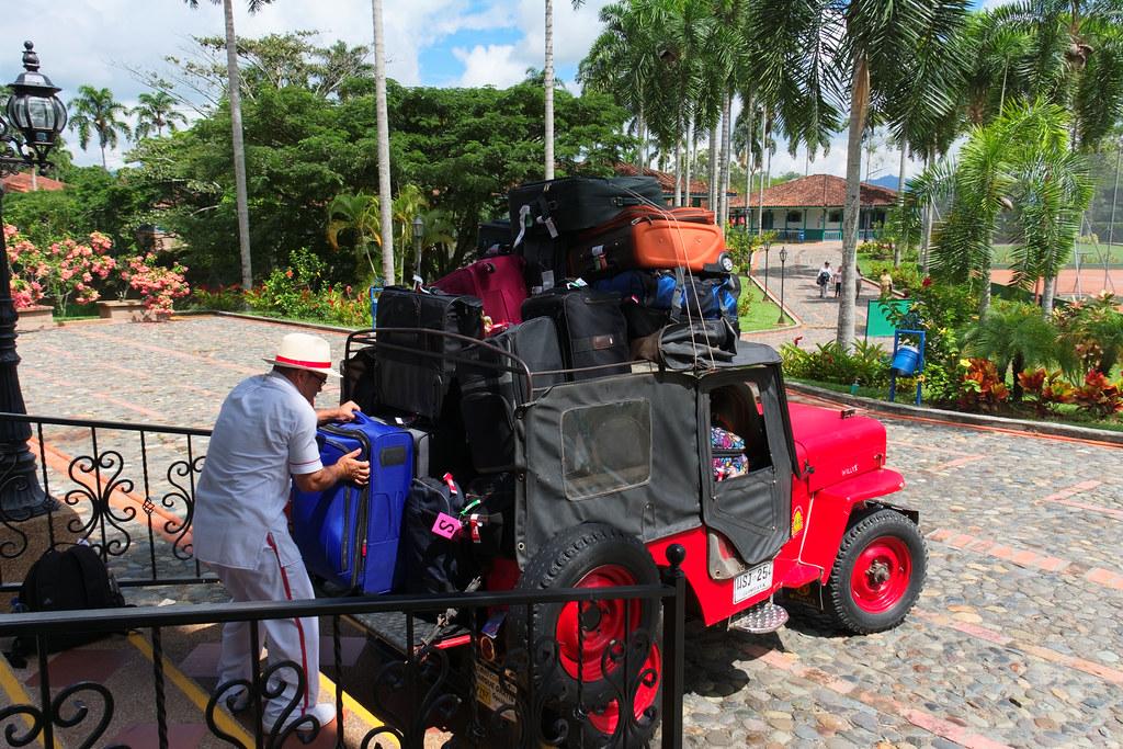 Imagen de viajeros empacando maletas en un Jeep