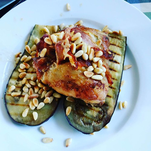 We doen nog eens een Pascalleke: gegrilde aubergine met pijnboompitten, en kippenbillen met mosterd in spek gewikkeld. Smullen! #paleo #paleodiner #projectpaleo #projecthealthy #paleofood #glutenvrij #glutenfree #paleofood #lactosevrij #lactosefree #puure