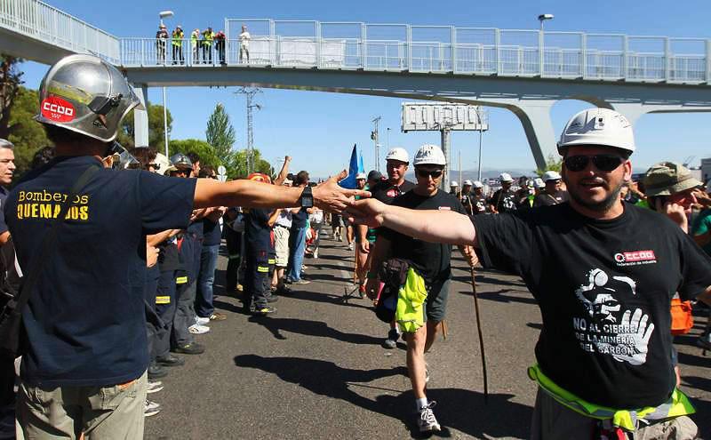 Los bomberos de Madrid felicitando a los mineros