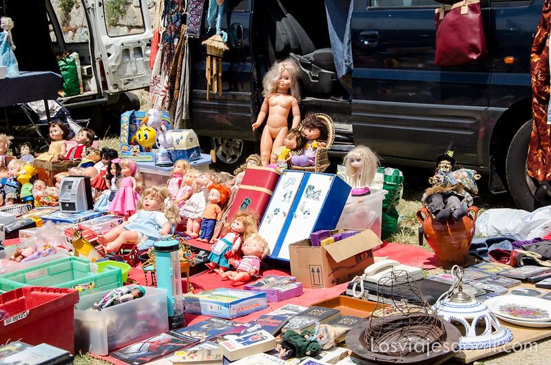 Mercadillo de antigüedades de Navacerrada en un fin de semana en la sierra de Madrid