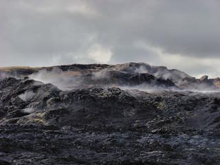 025 Smeulende lava