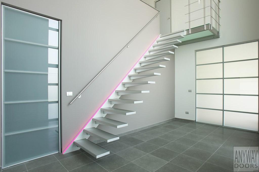 Moderne zwevende trap met aluminium trede en inox leuning flickr