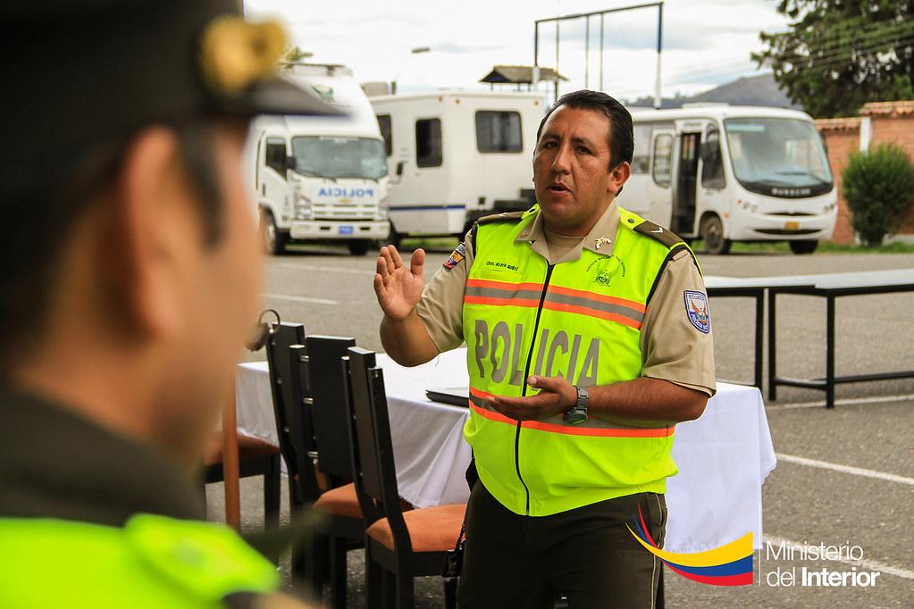 Cabo segundo Marco Muñoz, instructor de la Policía Comunit… | Flickr