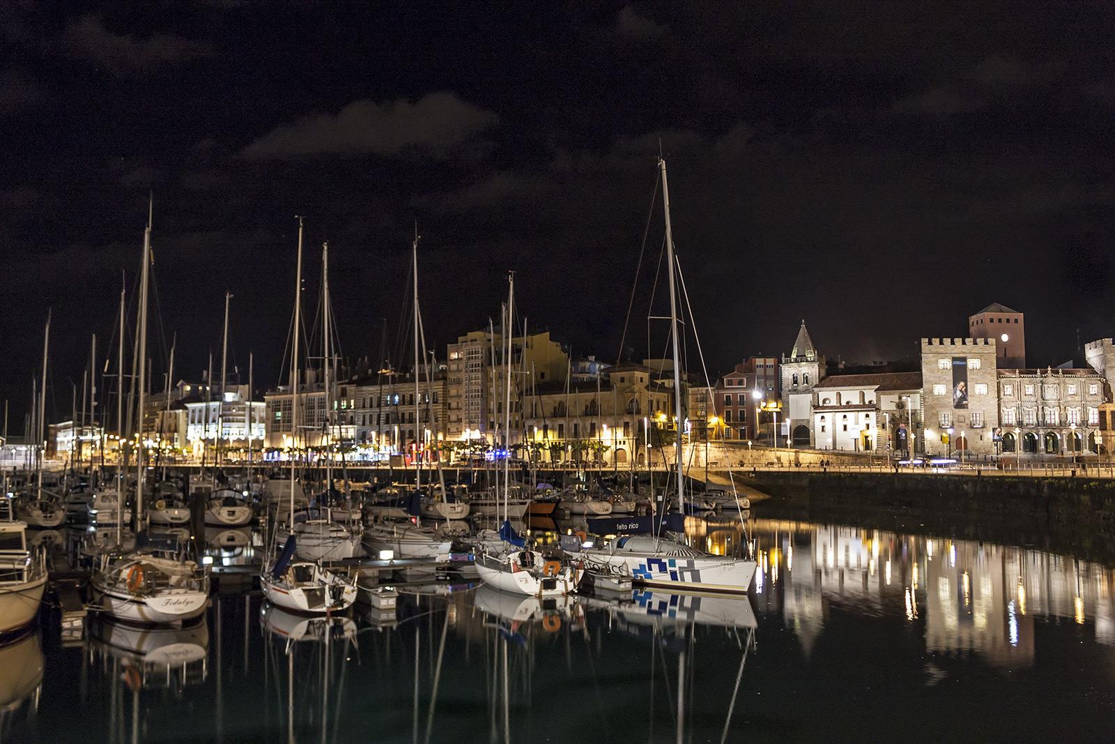 Gijón de noche, por Sergio Pérez Algaba