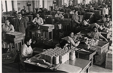 Interior fábrica de tabacos. Madrid | by Old Photographs Archive Spain