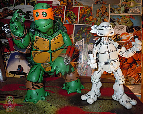 MONDO; Nickelodeon TEENAGE MUTANT NINJA TURTLES ; THE FIRST TURTLE (ORANGE MASK EDITION) ix / ..with NECA B+W Comic MICHELANGELO 2008 (( 2016 ))