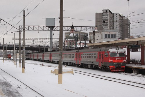 Class ЭР2Т (ER2T) electric multiple unit ЭР2Т-7129 departs for central Moscow