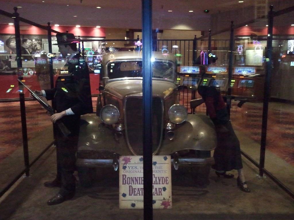 Vikki & Vance Casino - at night.jpg