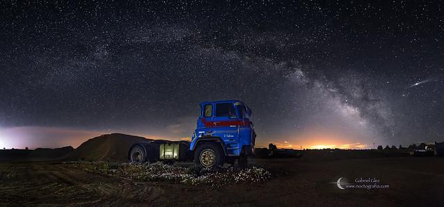 Panoramica de camión y Vía Láctea