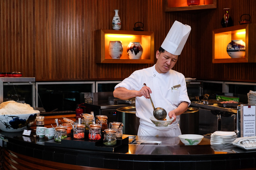 Conrad Centennial Singapore: Chef cooking noodle