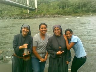 Hermana Paqui, hermana Kelly junto a Jazmina y Mayra
