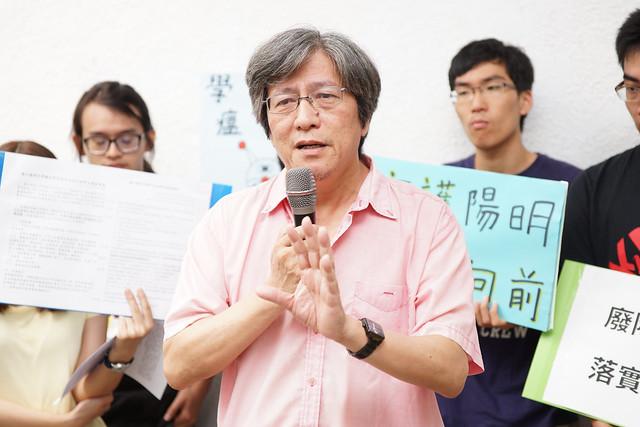 陽明大學科技與社會研究所教授傅大為到場聲援學生,支持學生訴求。(攝影:王顥中)
