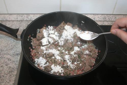 22 - Mit Mehl bestäuben / Dredge with flour