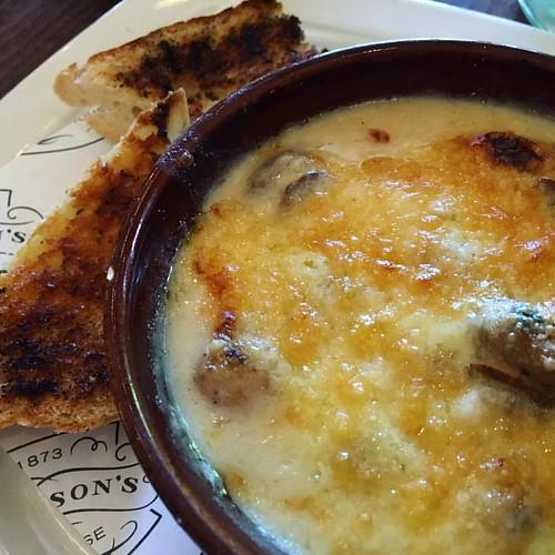 Hot cheddar and mushroom bake with garlic toast. Mmmmm. #edinburgh #greyfriarsbobby #vegetarian #food #cheese
