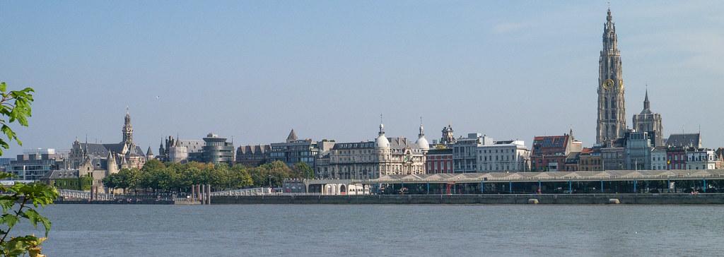 Blick über die Schelde zum historischen Zentrum Antwerpen