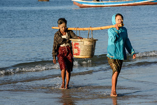 Bringing in the catch, Ngapali beach, Gyeiktaw, Myanmar. Photo by Finn Thilsted.