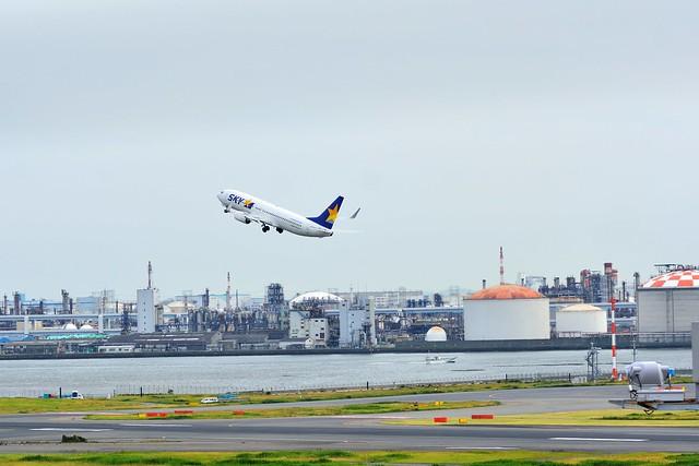 羽田空港第一ターミナルから飛行機を見ながらビールを飲む