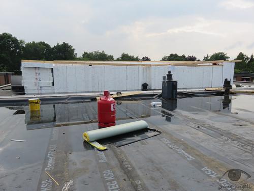Materiallager auf Nachbars Dach