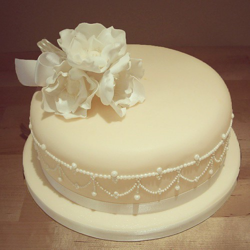 A Single Tier Pearly Wedding Cake Design! #cake #thefoxyca