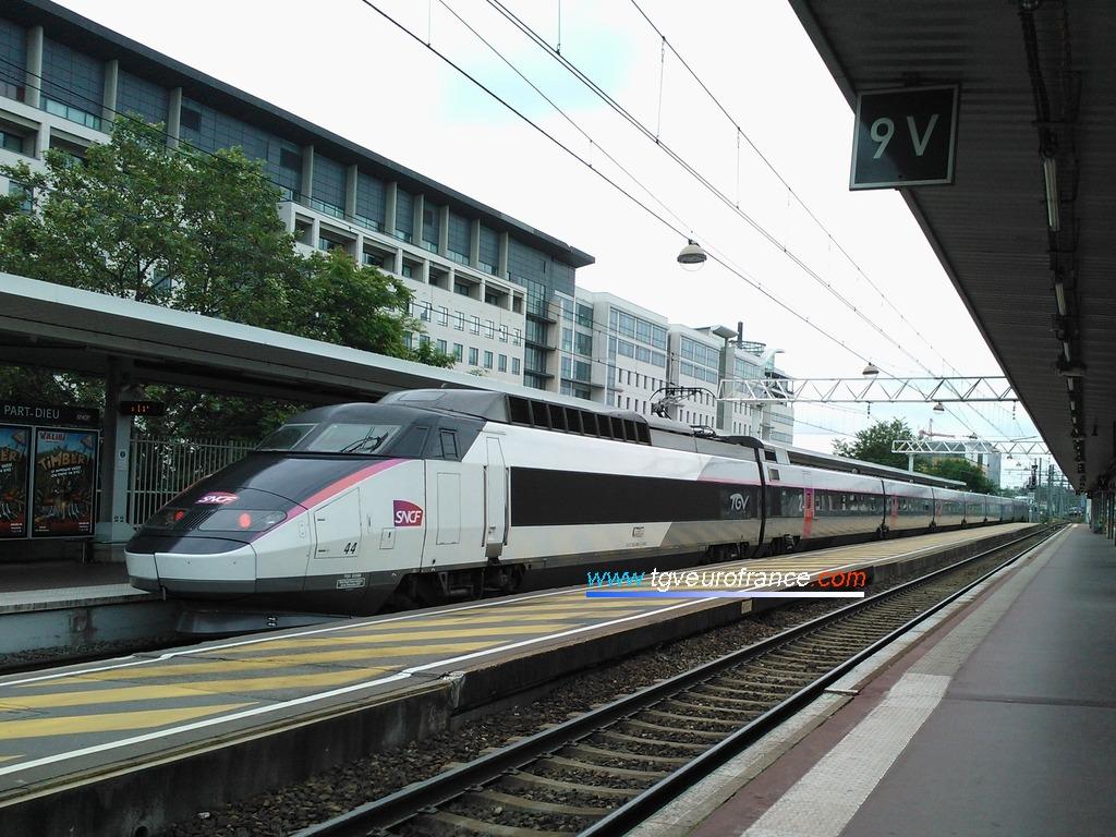 Le TGV Sud-Est 44 quittant la gare de Lyon Part-Dieu