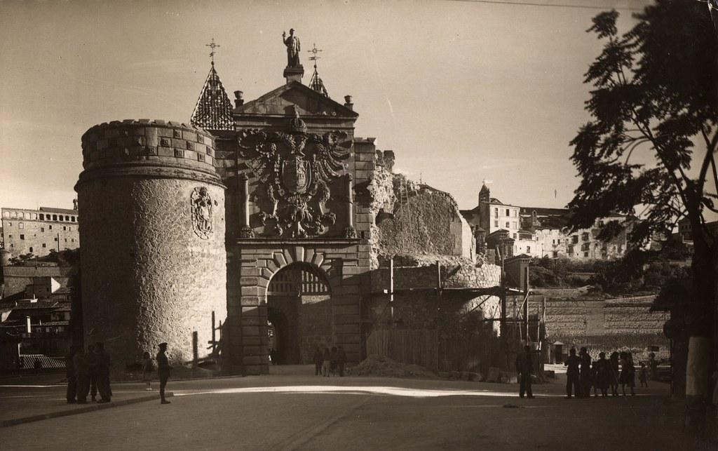 Restauración de la Puerta de Bisagra tras su derrumbe en 1946. Tarjeta postal. Cortesía de Javier Felage.