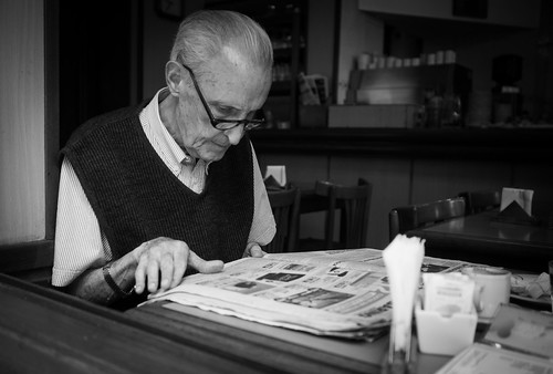reading the newspaper | by Nicolas Alejandro Street Photography