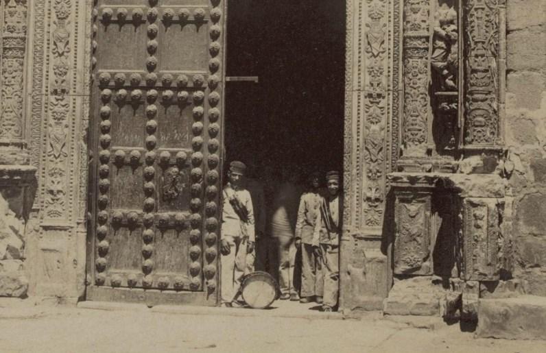 Militares con un tambor en la fachada del Hospital de Santa Cruz en 1897 por Rafael Garzón (detalle)