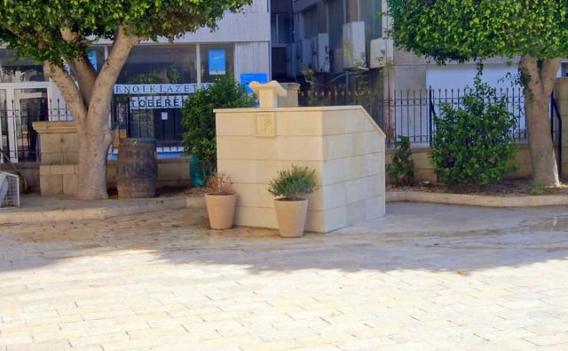 Древний алтарь на территории собора Айя-Напа, Лимассол, Кипр