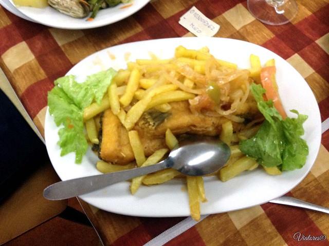 Жареная треска с картошкой и луком. Bacalhau a Braga. Porto. Portugal