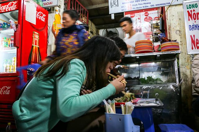 People eating dinner, Hanoi, Vietnam ハノイ、食堂で夕食中のカップル