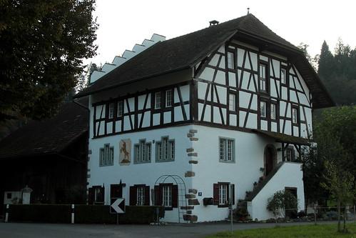 Altes haus im dorf hettenschwil im kanton aargau in der sc for Altes haus modern