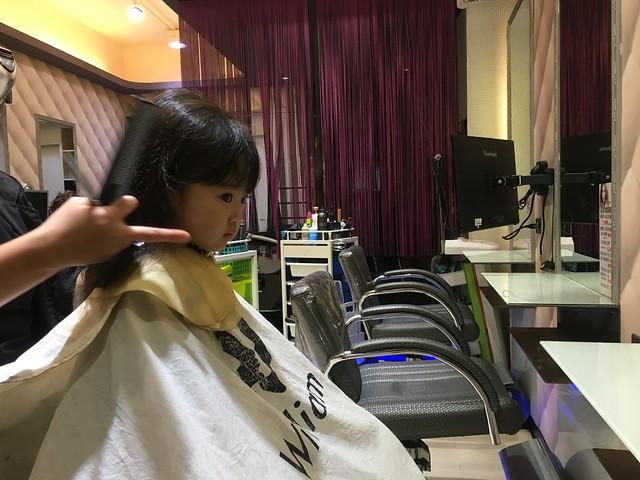 不只可以自己坐好理髮,還可以自己選設計師XD