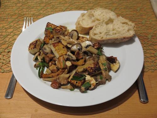 Tofu-Pilz-Pfanne mit Baguette