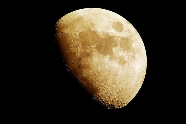 Moon_16_Processed 自作天体望遠鏡とコンパクト デジタル カメラで撮影した月の写真。クレーターが際立って見える。色は黄色。月の兎が見える。