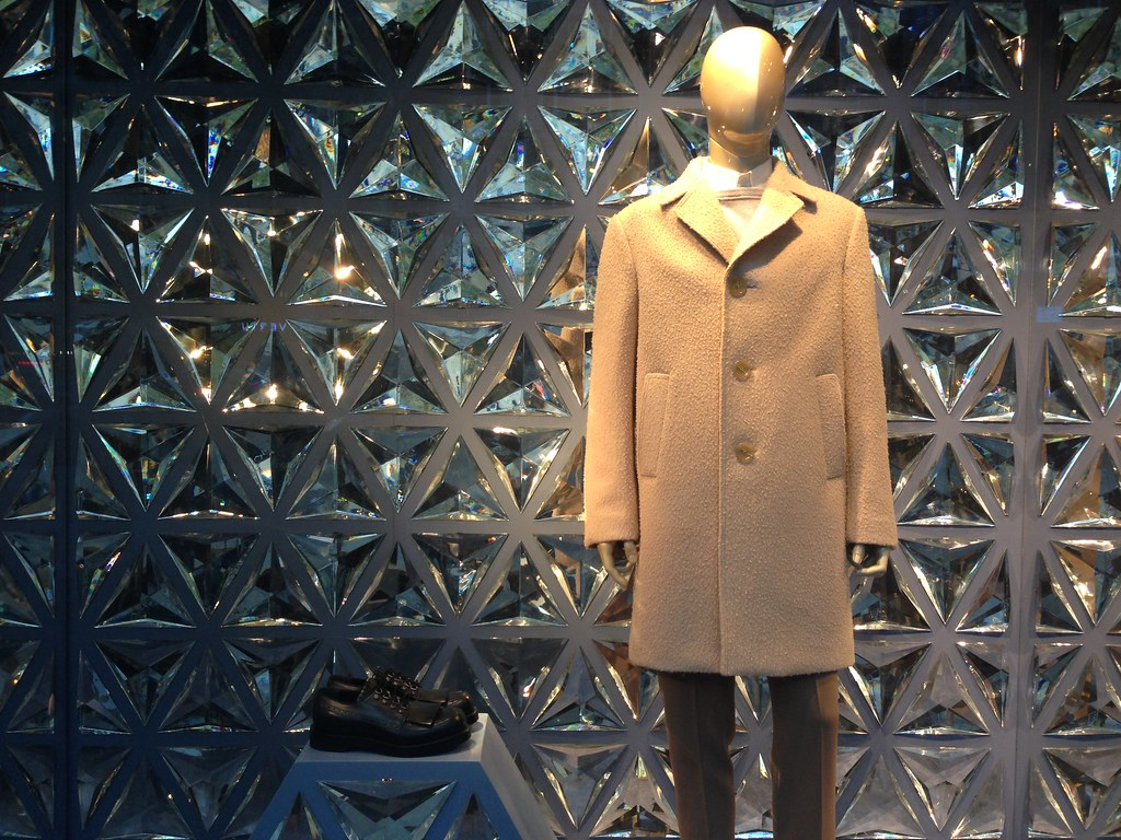 e5df002daa11 Vitrines Gucci - Paris, octobre 2014   www.journaldesvitrine…   Flickr